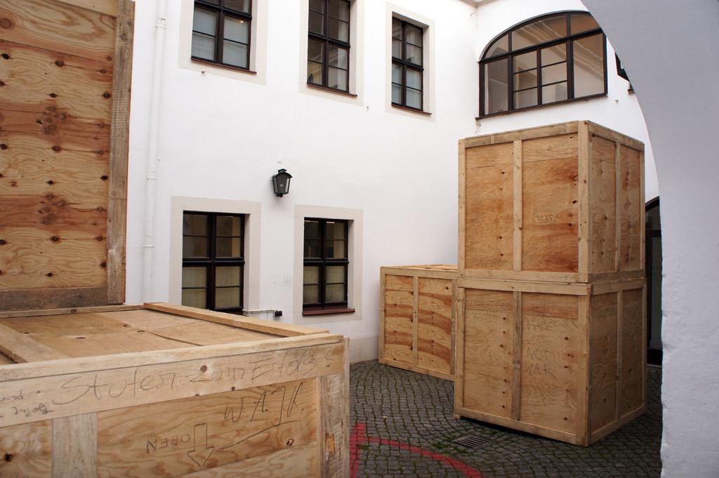 Hof, Installation de_kunsthaus, Ausstellung FEINDBILD 2.0, Kunsthaus Dresden